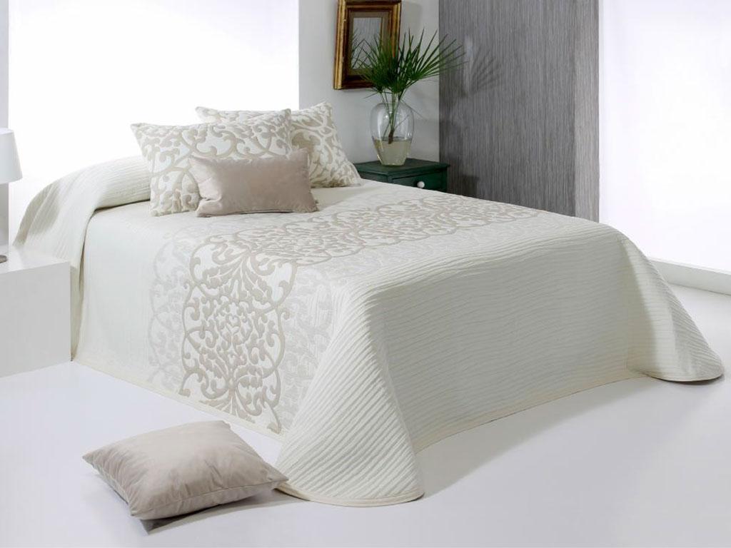 Ágytakaró újra divat - barna fehér ágytakaró enteriőr