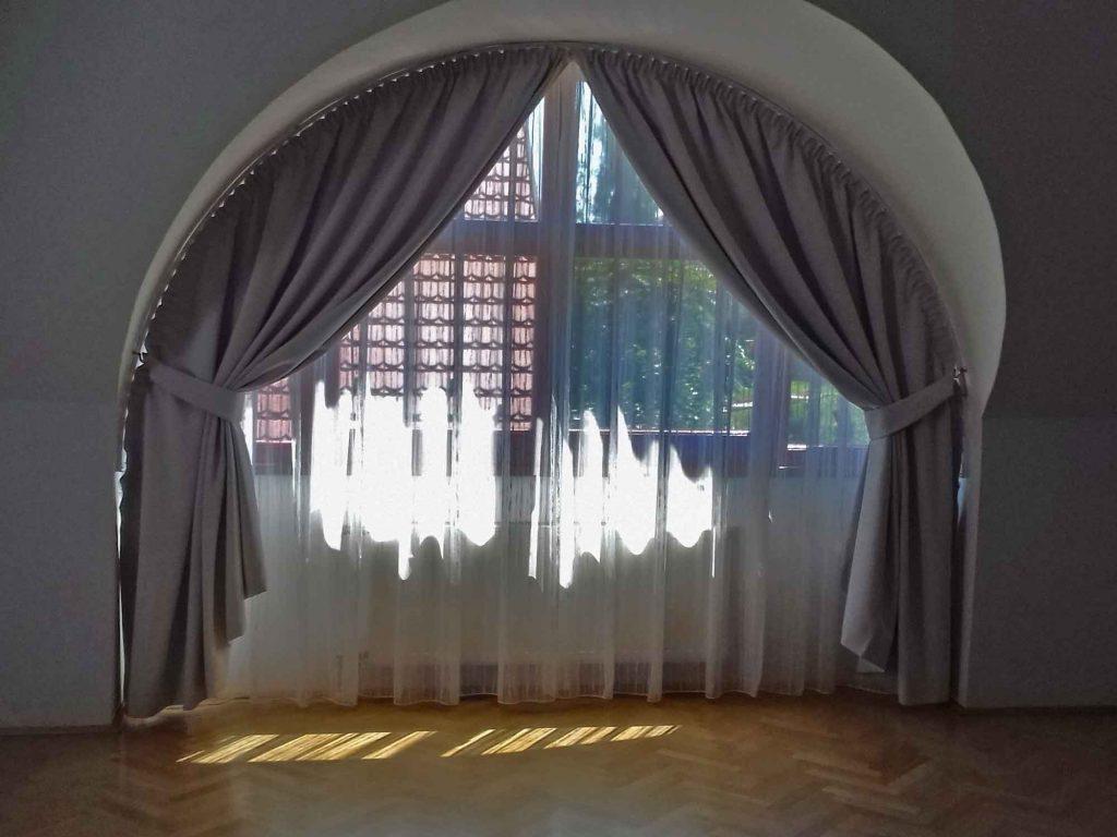 íves függöny - elkötővel