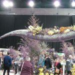 Nagy kígyó műbőrből a kiállításon