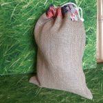jutazsák fű kanapén