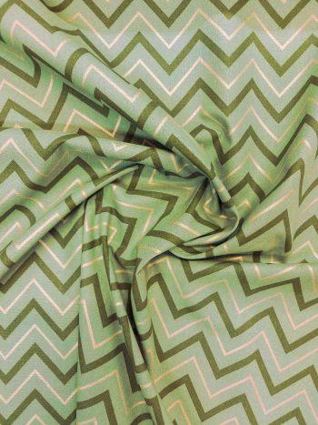 Zöld-arany chevron mintás dekorvászon gyűrt